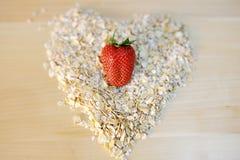 La fraise sur l'avoine s'écaille dans une forme de coeur Images stock