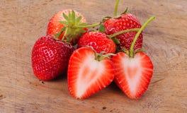 La fraise sur le fond en bois Photo libre de droits