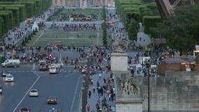 LA FRANCIA, PARIGI: Faccia il giardinaggio con il carosello nel tempo di sera, pentola orizzontale stock footage