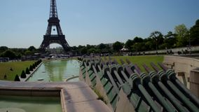 LA FRANCIA, PARIGI - 8 GIUGNO 2015: Fontana in Trocadero con la torre Eiffel archivi video