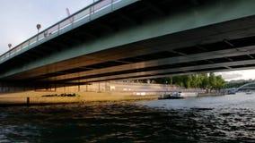 LA FRANCIA, PARIGI - 8 GIUGNO 2015: Torre Eiffel famosa del punto di riferimento dalla barca sul fiume archivi video