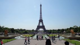 LA FRANCIA, PARIGI - 8 GIUGNO 2015: Via davanti alla torre Eiffel con la camminata dei turisti, al rallentatore stock footage