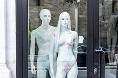 La Francia, Parigi, l'8 agosto 2017: Manichini nella finestra nella via nel centro di Parigi Fotografia Stock