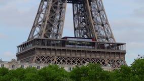 LA FRANCIA, PARIGI: Tempo della torre Eiffel di mattina, pentola orizzontale stock footage