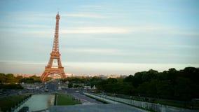 LA FRANCIA, PARIGI: Torre Eiffel nella sera, pentola orizzontale video d archivio