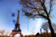 La Francia, Parigi, torre Eiffel in un giorno piovoso con il cuore di tiraggio su vetro bagnato immagine stock