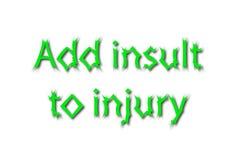La frase hecha del ejemplo escribe añade insulto a lesión aislada en una pizca Fotos de archivo