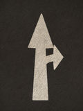 La freccia di lerciume firma la strada Fotografie Stock Libere da Diritti