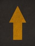 La freccia di lerciume firma la strada Immagine Stock