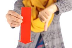 La freccia rossa con i pollici giù firma Fotografia Stock Libera da Diritti