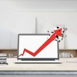 La freccia rossa della crescita rompe l'esposizione del computer portatile Fotografia Stock Libera da Diritti