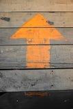 La freccia su un pavimento di legno Fotografia Stock Libera da Diritti