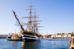 La fregata militare antica attracca ad un attracco Fotografie Stock Libere da Diritti