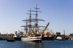 La fregata militare antica nella zona dell'acqua della porta Immagini Stock