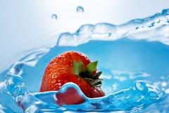 La fresa cae profundamente debajo del agua imagen de archivo libre de regalías