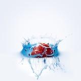 La fresa cae profundamente debajo del agua imagen de archivo