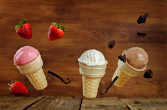 La fresa, la vainilla y chocolate helado con las rebanadas del vuelo Foto de archivo