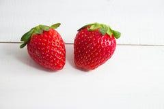 La fresa roja, fruta fresca, puso el tablero de madera de la madera foto de archivo libre de regalías