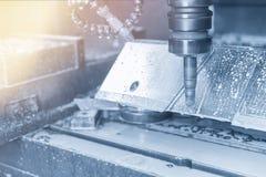 La fresadora del CNC que corta el molde del neumático Imágenes de archivo libres de regalías
