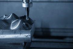 La fresadora del CNC que corta la pieza del molde Fotografía de archivo