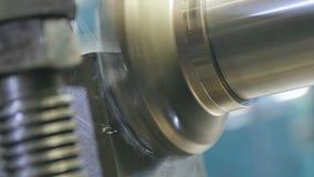 La fresadora macra de la vista lateral muele la pieza de metal del compresor almacen de metraje de vídeo