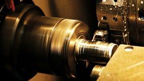 La fresadora procesa el billete del metal en una fábrica moderna El cortador quita la capa del metal Pequeños descensos almacen de video