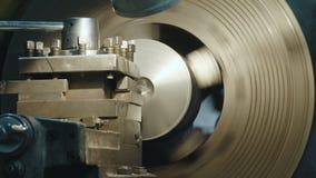 La fresadora produce el detalle del metal almacen de video