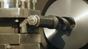 La fresadora produce el detalle del metal en fábrica almacen de metraje de vídeo