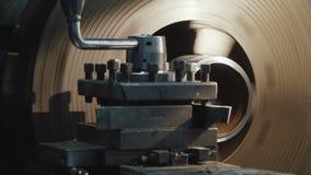 La fresadora produce el detalle del metal en fábrica metrajes