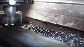 La fresadora produce el detalle del torno del metal en fábrica almacen de video