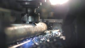 La fresadora produce el detalle del torno del metal en fábrica almacen de metraje de vídeo