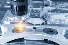 La fresatrice di CNC che taglia la parte di alluminio Fotografia Stock Libera da Diritti