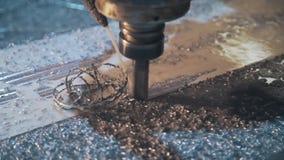 La fresatrice ha tagliato i trucioli dal pezzo in lavorazione, lavorazione dei metalli del metallo nella pianta, tagliante le for video d archivio
