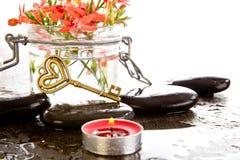 La fresia Laxa del rojo anaranjado florece en el envase de cristal con masaje Imágenes de archivo libres de regalías