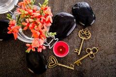 La fresia Laxa del rojo anaranjado florece en el envase de cristal con masaje Fotografía de archivo libre de regalías