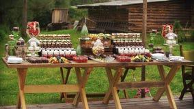 La friandise rustique se tient dehors avec les bonbons délicieux banque de vidéos