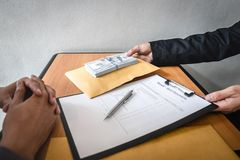 La frode disonesta in soldi illegali di affari, uomo d'affari riscuote i fondi del dono in busta alla gente di affari per dare il immagini stock
