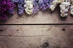 La frontera de la lila aromática florece en tablones de madera del vintage Imagen de archivo libre de regalías