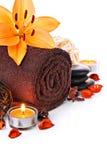 La frontera del masaje del balneario con la toalla y el lirio anaranjado florecen Imagen de archivo