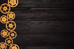 La frontera del oro adapta en un fondo de madera negro Visión desde arriba imagen de archivo