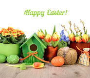 La frontera horizontal de Pascua con las flores y las decoraciones aisló o Imagen de archivo