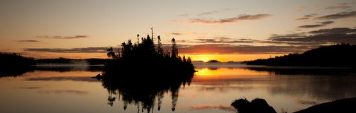 La frontière arrose le lever de soleil Photos stock