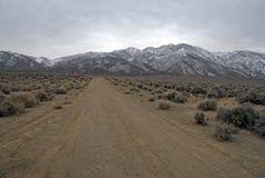La frontière de approche font une pointe aux montagnes, au Nevada 13er et au clou blancs d'état photo libre de droits