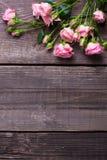 La frontière des roses roses tendres fleurit sur le backgro en bois de vintage Photographie stock
