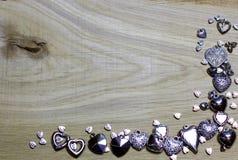 La frontière faisante le coin de cadre des coeurs perle sur le fond en bois Photos libres de droits