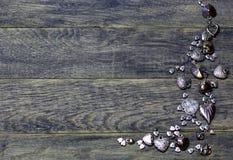 La frontière faisante le coin de cadre des coeurs perle sur le vieux fond en bois foncé Images libres de droits