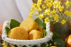 La fruta cítrica natural hecha a mano sospechó el sistema amarillo del balneario del jabón Imágenes de archivo libres de regalías