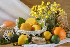 La fruta cítrica natural hecha a mano sospechó el sistema amarillo del balneario del jabón Foto de archivo