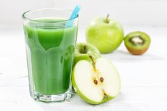 La fruta de cristal del smoothie del jugo de la manzana de la espinaca verde del kiwi da fruto Imagen de archivo libre de regalías