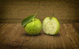 La fruta de guayaba verde fresca en el fondo de madera Imagen de archivo